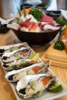 Свежий устричный сашими в японском стиле