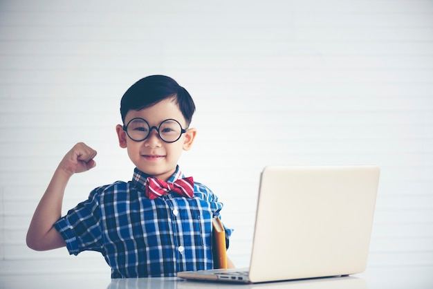 男の子は勉強中ですノートパソコン教育用