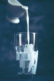 牛乳をグラスに注ぐ。