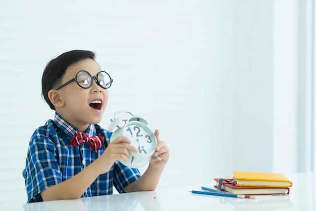 Мальчики и часы и учебное оборудование