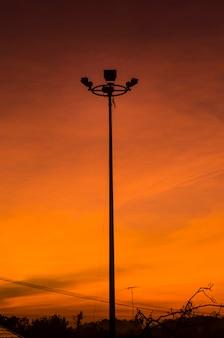 Силуэт изображения восхода солнца на крыше