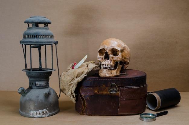 Натюрморт с человеческим черепом и фонарем
