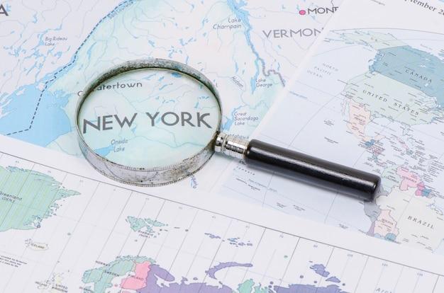 ニューヨークの地図の前に虫眼鏡