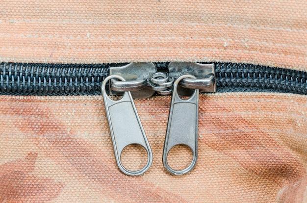 古い布のテクスチャにジッパーのクローズアップ