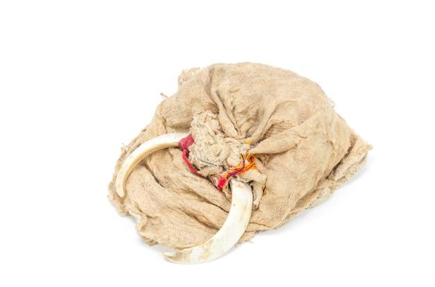 先住民族のための天然繊維と動物の骨から作られた古い帽子