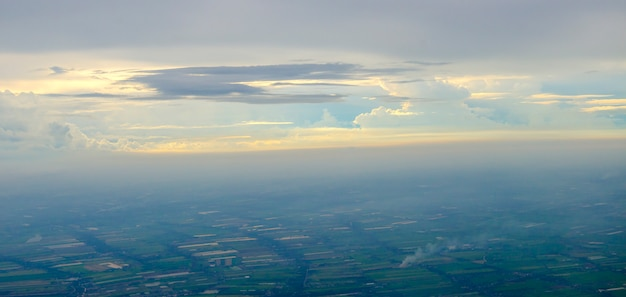 雲と村の風景の空撮