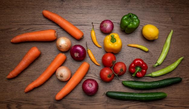 Вид сверху овощи на деревянной доске