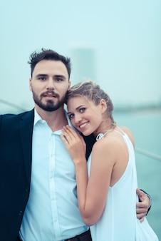 休暇中にヨットの上を受け入れる若い美しい夫婦