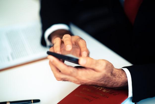 ビジネスマンがスマートフォンを使用しています。