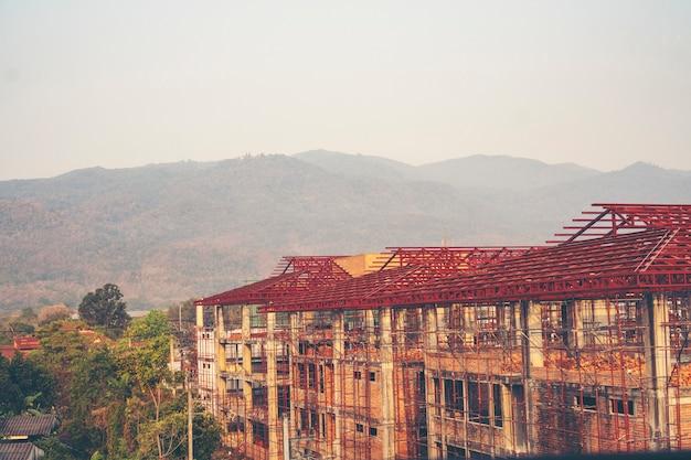 輝く高層住宅と日光
