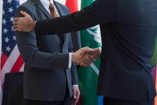 Сотрудничество международных бизнесменов, международный флаг