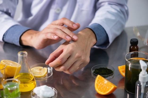 科学者、医者、ハーブと代替のハーブ薬を作る