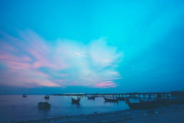 地元の漁船に沈む夕日