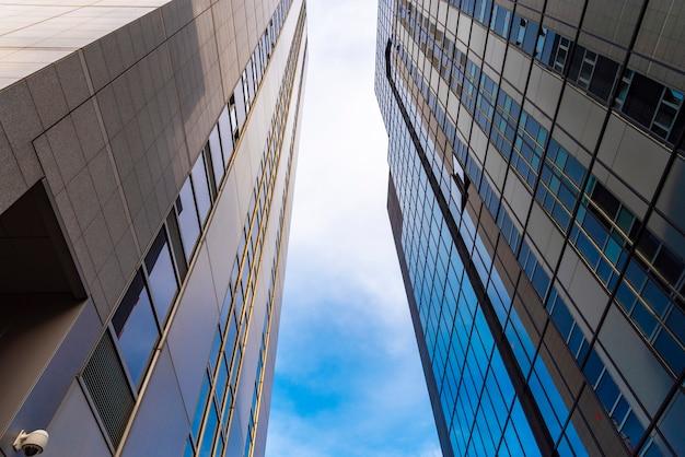 Современные здания с голубым небом
