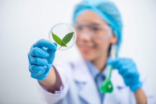 Ученый тестирует экстракт натурального продукта, масло и раствор биотоплива в химической лаборатории.