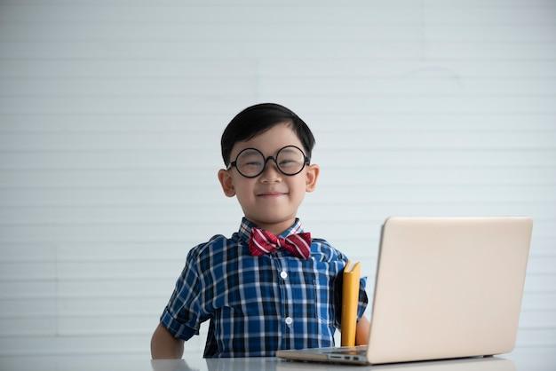 教室で男の子の肖像画