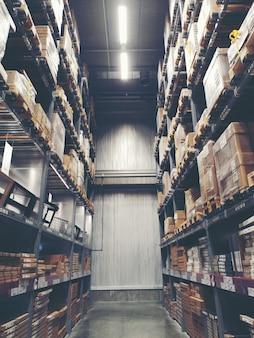 Полка в современном распределительном складе или складе