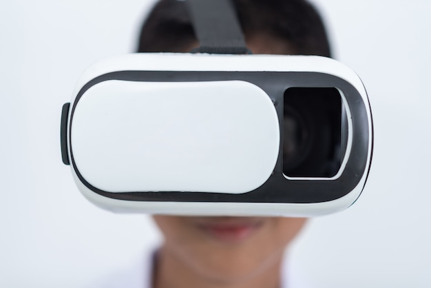 Счастливый мальчик-подросток в виртуальной реальности смотрит фильмы или играет в видеоигры