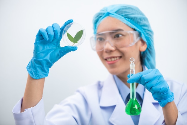 研究者は実験室で天然抽出物を研究しています