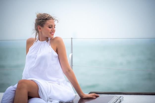 ヨットの上でかわいい女の子