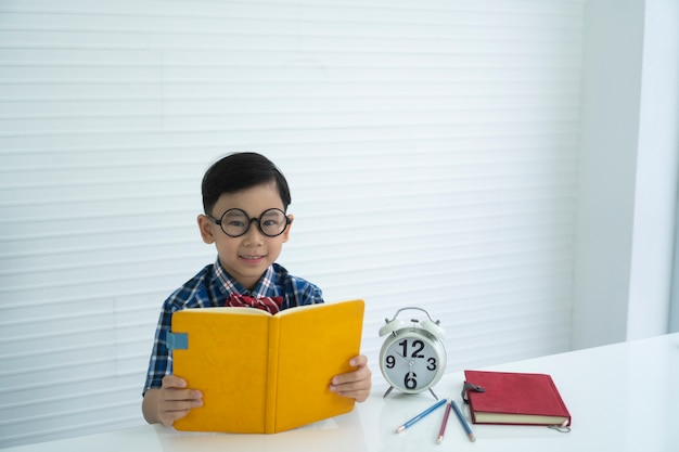男の子は学習と教育を楽しんでいます。