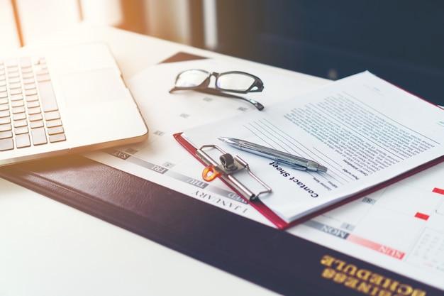 Бизнес рабочий стол с ноутбуком, очки, бизнес график
