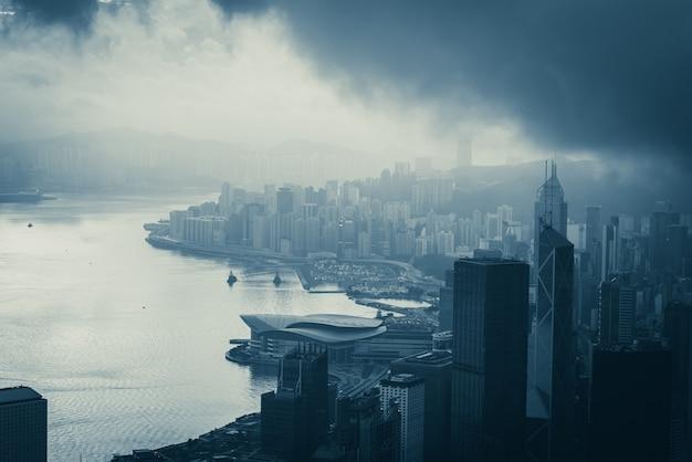 朝、都市および建物のコンセプトで香港の街並み