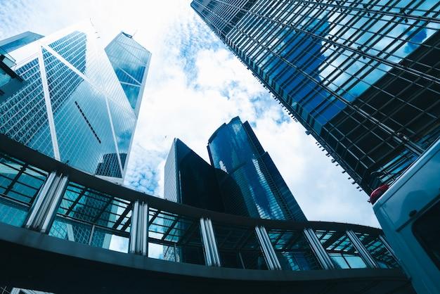 香港の高層ビル、青いフィルターでシティービュー