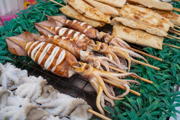 Местный барбекю на гриле кальмар, тайская уличная еда