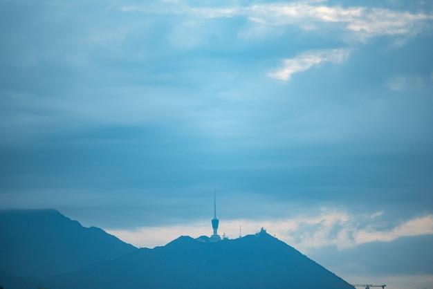 山のインターネットと衛星タワー