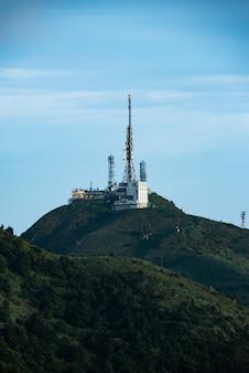 Интернет и спутниковые вышки в горах