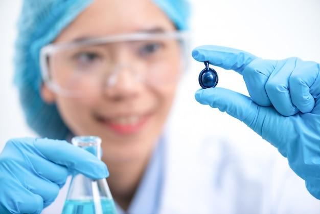研究者は研究室で天然抽出物を研究しています