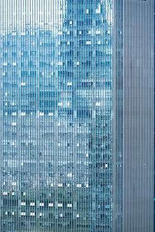 建物の窓のスカイラインの背景