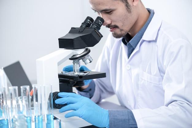 Ученые используют микроскопы