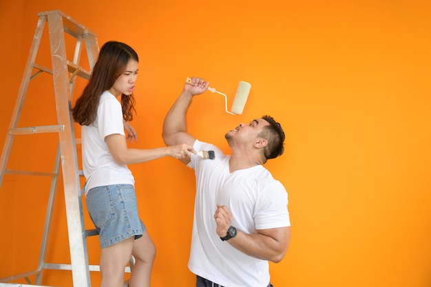 Пара красит стену