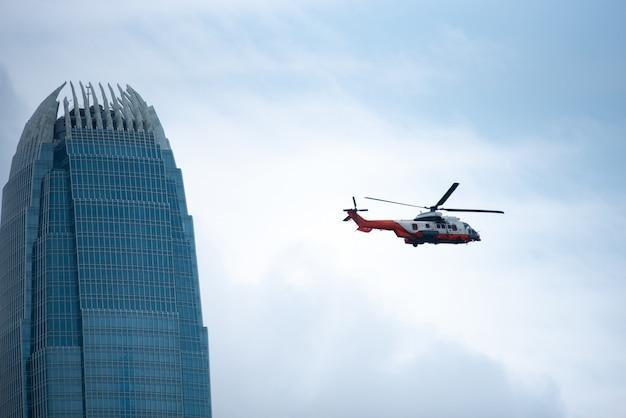 香港で下から超高層ビルを構築