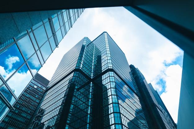 Здание небоскреба в гонконге, вид на город в голубом фильтре