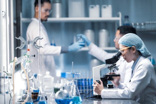 Исследователи здравоохранения, работающие в лаборатории наук о жизни