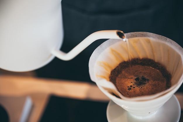 スローバー付きのコーヒードリッププロセスコーヒーカフェ