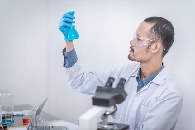 研究者は製品開発に取り組んでいます。実験室で発明された現代の革新