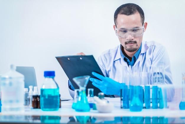 Азиатский ученый проводит исследования в лаборатории химической лаборатории