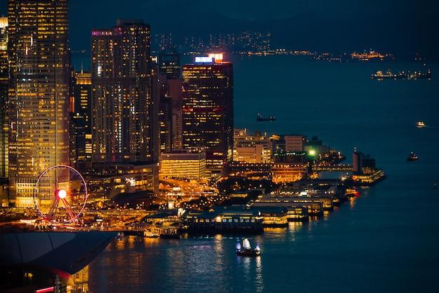 夜の光の街の景観と香港の街
