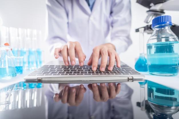 Исследователи анализируют данные с помощью ноутбука. в лаборатории