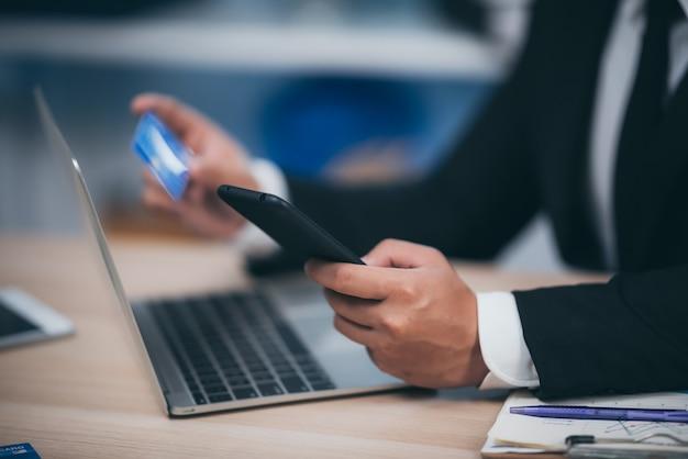 ビジネスの人々は、クレジットカードを使用して、職場で金融取引を行います