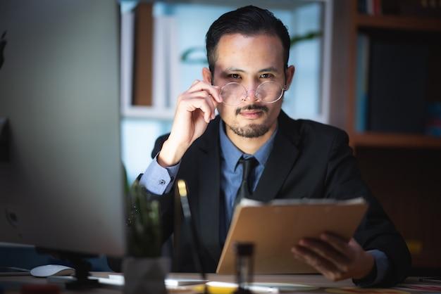 ビジネスマンは成長している会社のビジネスプランを計画しています。