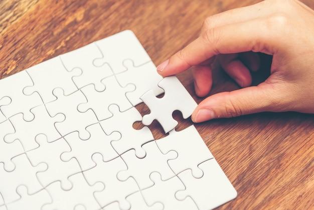 ビジネスソリューション、成功と戦略のコンセプト。ビジネスマン、手をつなぐ、ジグソーパズル
