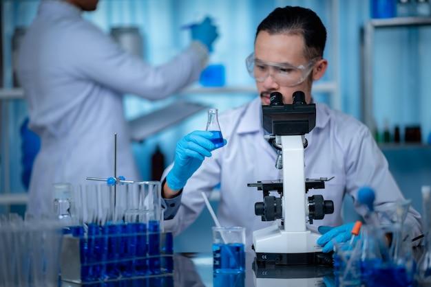 Микроскоп в биотехнологической лаборатории, профессиональное оборудование