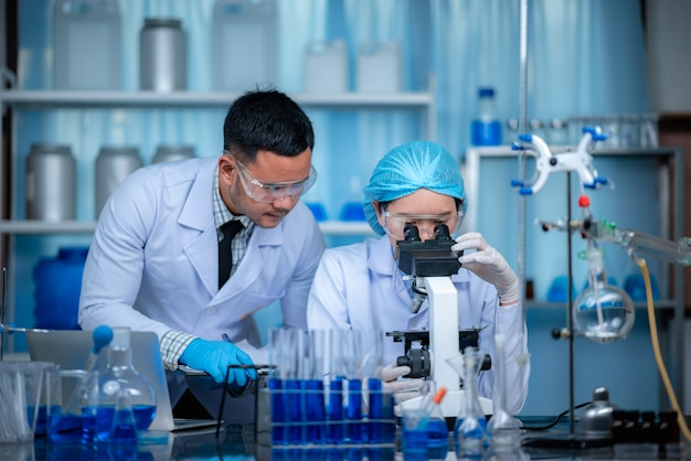 Исследователи работают в химической лаборатории.