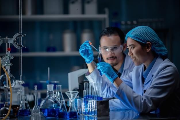 科学者たちは医療用の化学物質を発明しています。