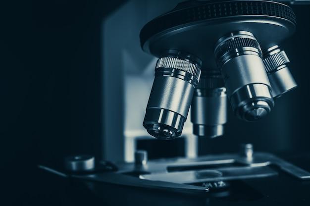 Микроскоп крупным планом в научной лаборатории